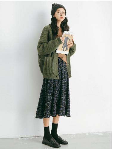 Combo áo len với chân váy midi hoặc váy hoa với áo cardigan