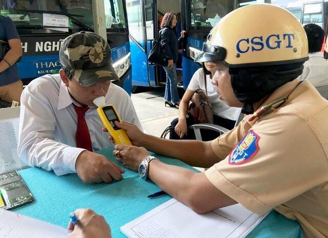 Máy đo nồng độ cồn là trang bị không thể thiếu của cảnh sát giao thông hiện nay