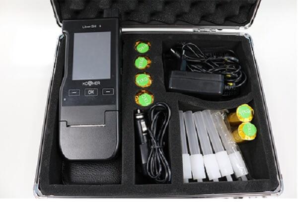 Một bộ máy đo nồng độ cồn chuyên dụng khá đầy đủ các dụng cụ đi kèm