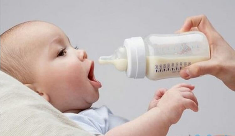 Nhằm đảm bảo an toàn, mẹ nên cầm bình sữa thủy tinh cho bé bú