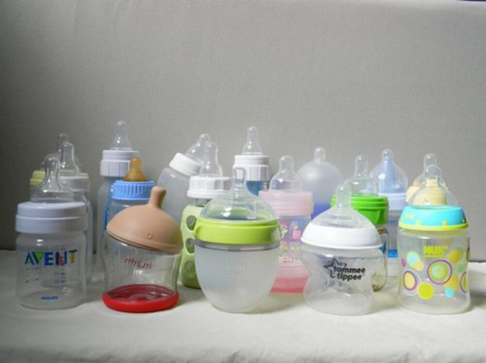 Nên dùng bình sữa thủy tinh hay nhựa cho bé