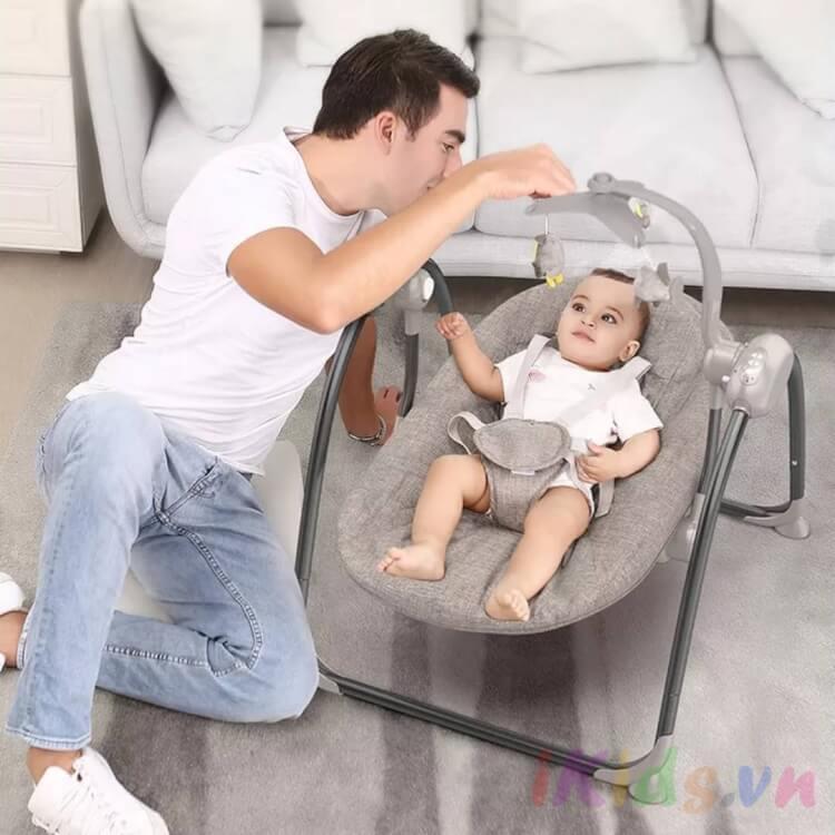 Thắt đai an toàn khi dùng ghế rung nhún cho bé