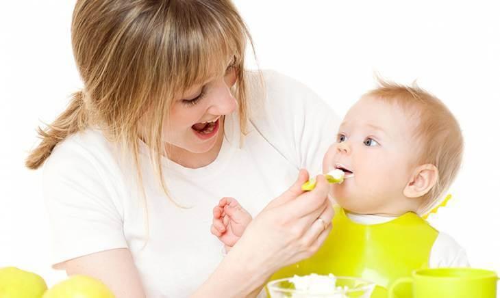 Mẹ không nên tập ăn dặm quá sớm hoặc quá muộn cho bé