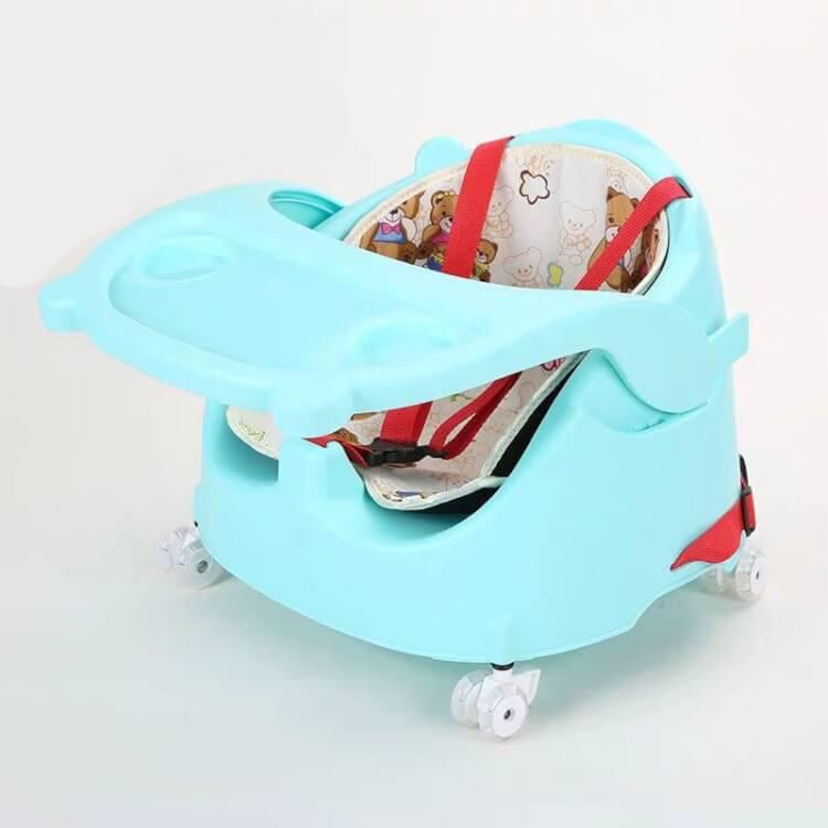 Ghế ăn dặm có bánh xe tạo thành chiếc xe đẩy cho bé