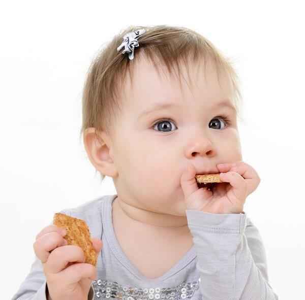 Mẹ nên chọn bánh ăn dặm phù hợp với từng độ tuổi của bé