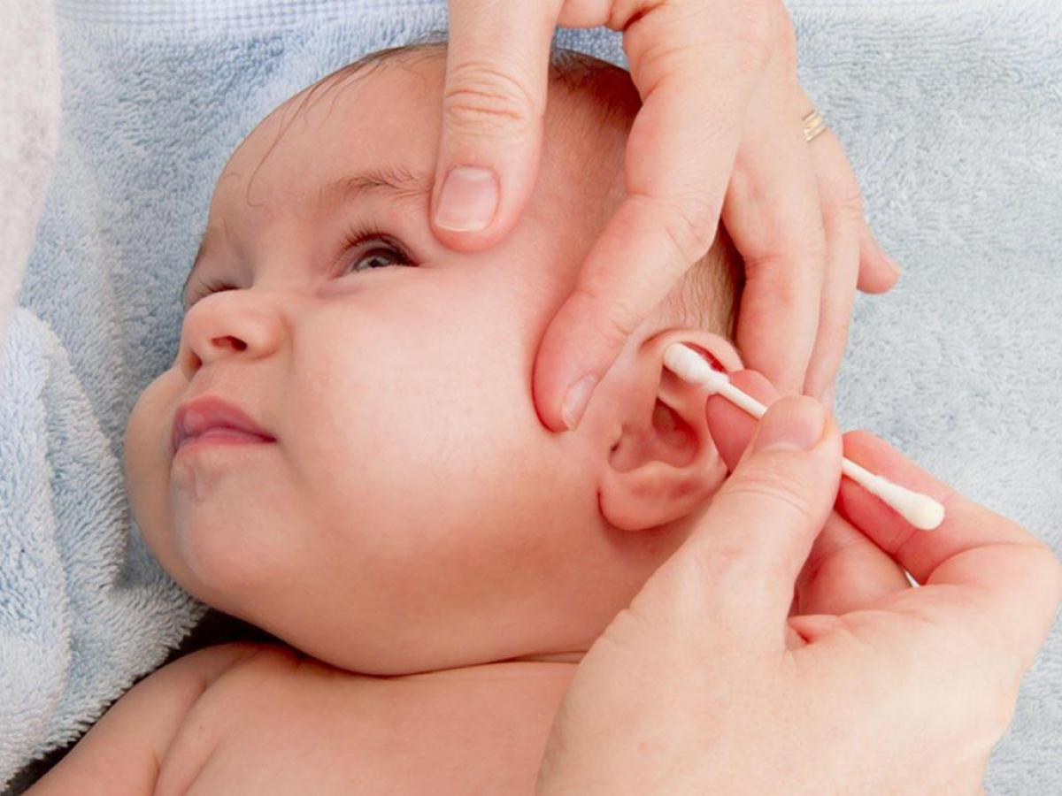Trong một số trường hợp vẫn cần lấy ráy tai cho bé