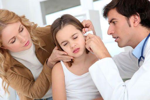 Lưu ý khi dùng thuốc nhỏ lấy ráy tai cho bé