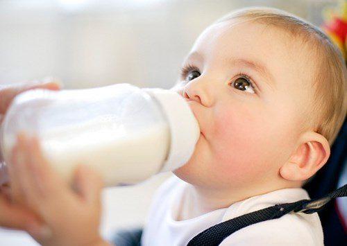 Bé uống sữa