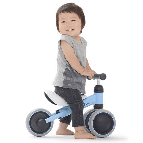 Để di chuyển xe chòi chân, bé cần phối kết hợp vận động nhiều bộ phận trên cơ thể