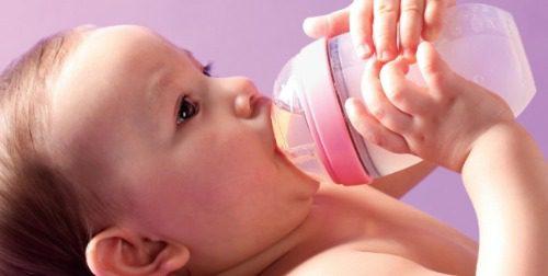 Vì an toàn của bé mẹ nên thay mới bình sữa khi thấy bình có dấu hiệu bất thường
