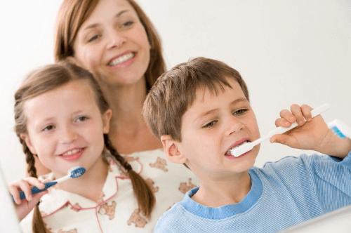 Cha mẹ cần dõi theo từng động tác chải răng để kịp thời rèn nắn thói quen cho con yêu