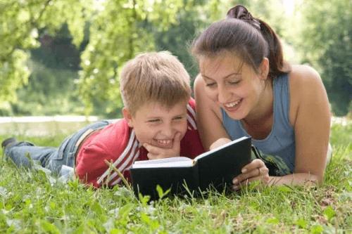 Đọc sách cho bé giúp gắn kết tình cảm gia đình