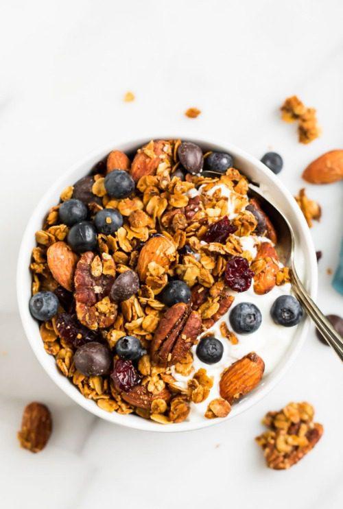 Ăn granola cùng sữa chua và hoa quả