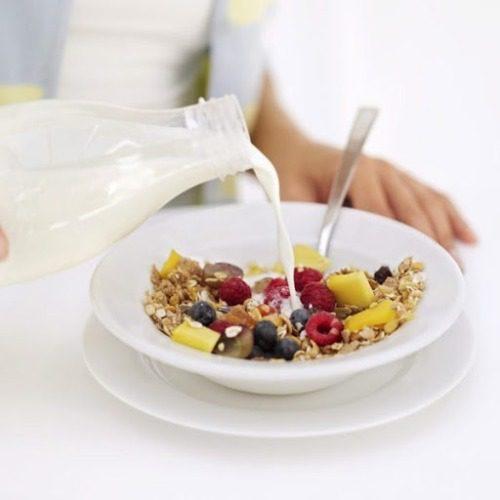 Bữa sáng cùng ngũ cốc ăn sáng, hoa quả và sữa