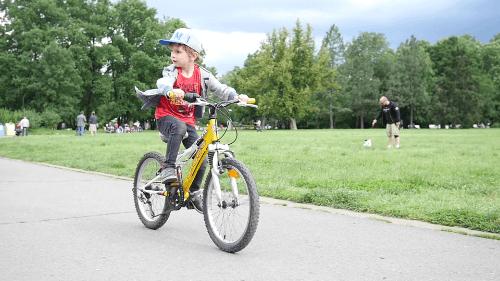 Đạp xe giúp bé trai 8-10 tuổi phát triển thể chất và tăng hứng thú vận động