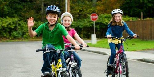 Sử dụng nón bảo hiểm để tăng độ an toàn cho trẻ khi đi xe đạp