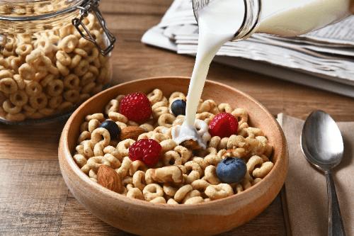 Hạt ngũ cốc ăn sáng kết hợp với sữa tươi