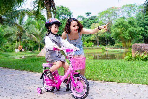 Giúp bé tập làm quen khi sử dụng xe đạp