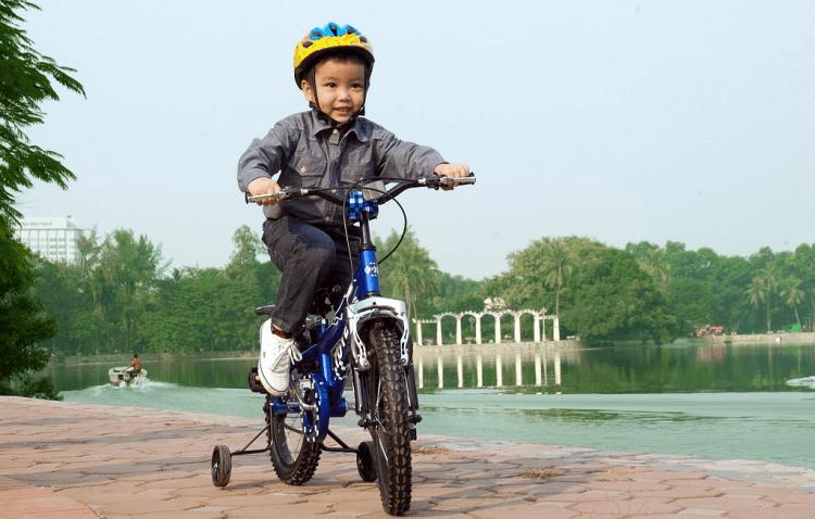 Bé đi xe đạp sẽ giúp ngăn ngừa các nguy cơ bệnh tật