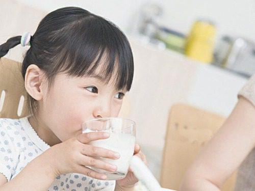 Không nên cho trẻ uống sữa lạnh để tránh làm lạnh bụng hay rối loạn hệ tiêu hóa