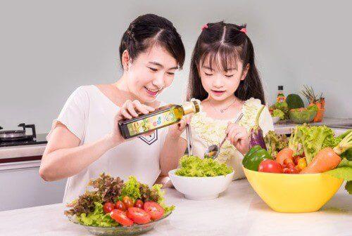 Dầu ăn rất tốt cho bé nhưng mẹ không nên lạm dụng quá mức