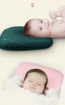 Cách nằm gối đúng cách là mẹ đặt đầu bé ngay ngắn