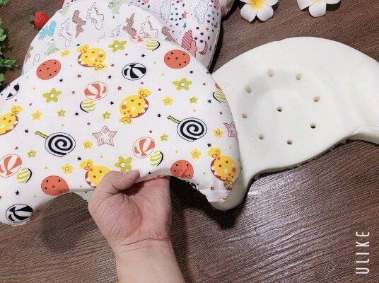 Gối từ cao su non cho bé có thiết kế lõm giúp định hình tư thế ngủ đúng