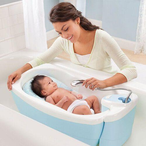 Sử dụng chậu, thau tắm cho bé là rất cần thiết