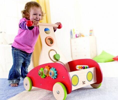 Xe cho bé tập đi bằng gỗ thích hợp khi trẻ đang chập chững bước