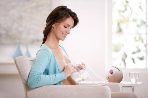 Dùng máy vắt sữa đúng cách sẽ giúp mẹ sau sinh thảnh thơi hơn rất nhiều