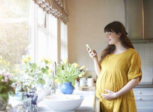 Mẹ bầu thoải mái hoạt động, làm việc trong chiếc váy bầu rộng rãi