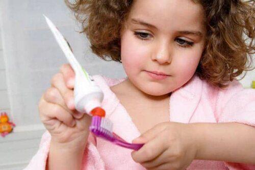 Bé 3 tuổi trở lên có thể tự đánh răng