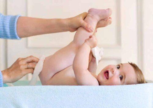 Vệ sinh vùng da bị hăm cho bé thật kỹ lưỡng