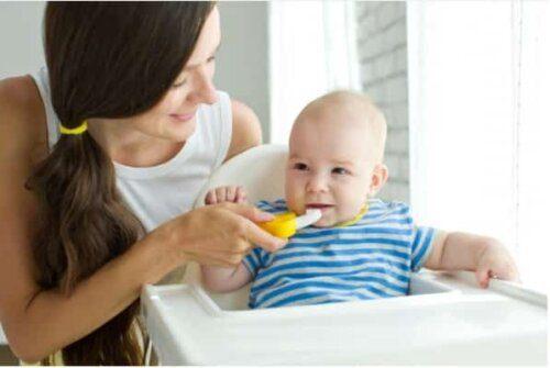 Có nên cho trẻ dưới 1 tuổi dùng kem đuoánh răng?