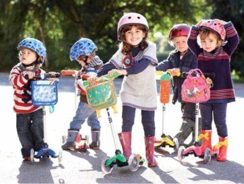 Trang bị mũ bảo hiểm an toàn cho trẻ