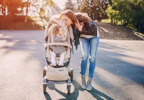 Xe đẩy gấp gọn là vật dụng cần thiết cho bé khi cần di chuyển