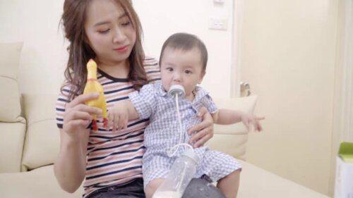 Nên sử dụng bình sữa rảnh tay cho bé