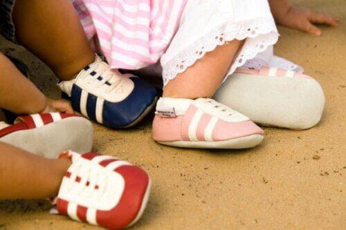 Giày giúp bảo vệ đôi chân bé khỏi những tác động từ môi trường bên ngoài
