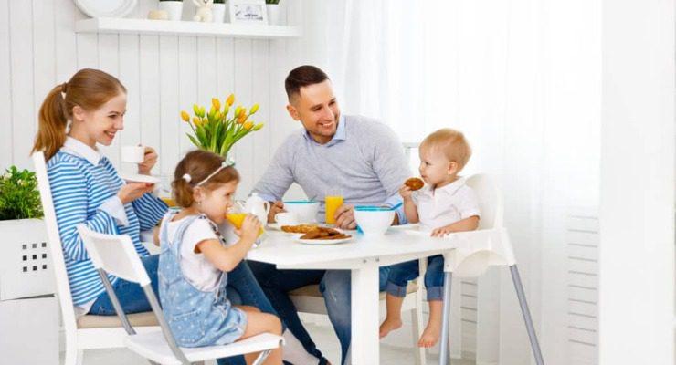 Ghế ăn dặm chân cao giúp bé ngồi cùng bàn ăn với gia đình thuận tiện hơn