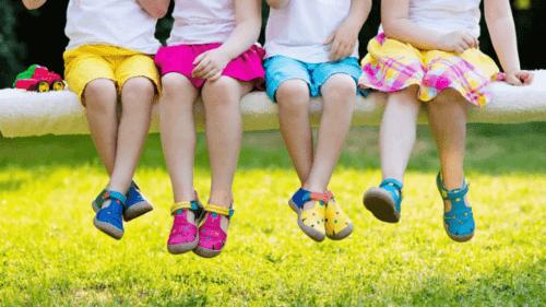 Giày cho bé gái là món phụ kiện không thể thiếu tôn thêm sự điệu đà xinh xắn của bé