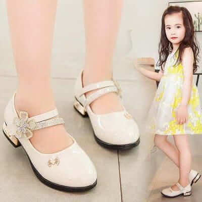 Xem xét kỹ lưỡng các tiêu chí về chất liệu, kích cỡ và kiểu dáng trước khi mua giày cho bé gái
