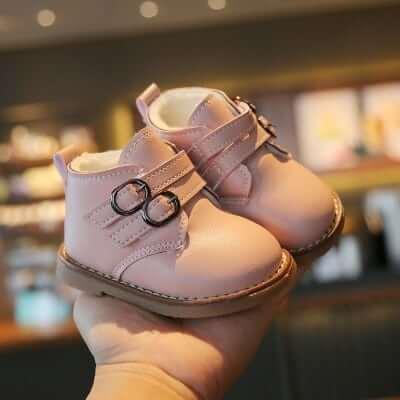 Giày cho bé gái dễ tìm mua được ở nhiều cửa hàng thời trang