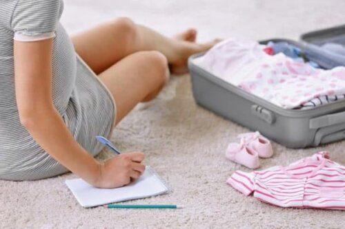 Mẹ lên danh sách đồ đi sinh gồm những gì?