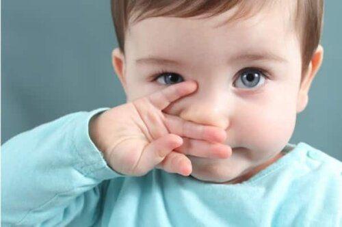 Trẻ sơ sinh không nên uống nước muối sinh lý