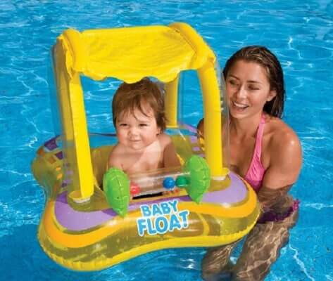 Cha mẹ nên bên cạnh bé trong khi tập bơi