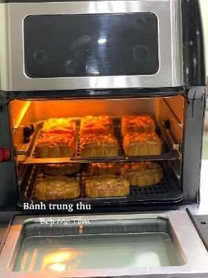 Bánh trung thu vàng ươm trên khay