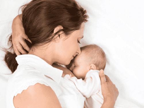 Tăng tiếp xúc da với bé cũng là cách để kích sữa v�
