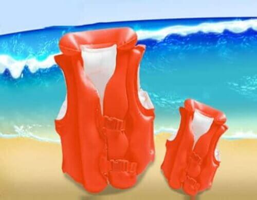 Trẻ cao lớn có thể dùng áo phao bơi
