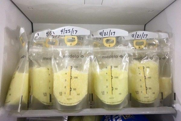 Sữa mẹ cần được rã đông hoàn toàn trong ngăn mát