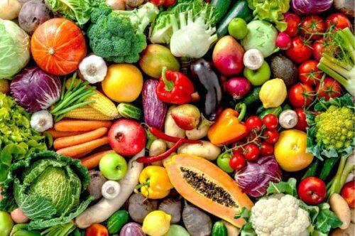 Thêm rau củ quả vào chế độ ăn hằng ngày của bé để cải thiện tình trạng táo bón